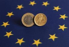 """Одно евро и одна греческая драхма лежат на флаге ЕС в Стамбуле, 14 июня 2012 года. Министры финансов еврозоны и Международный валютный фонд провели """"всестороннюю и активную"""" дискуссию о Греции, но так и не смогли решить, как вернуть страну на правильный путь с помощью программы финансовой помощи. REUTERS/Murad Sezer"""