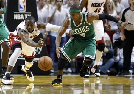 Miami Heat's Dwyane Wade (L) fights for a loose ball with Boston Celtics' Rajon Rondo in the third quarter during Game 7 of their Eastern Conference Finals NBA basketball playoffs in Miami, Florida June 9, 2012. REUTERS/Andrew Innerarity
