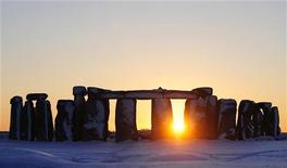 Análise feita a laser mostrou que monumento foi feito para salientar a transição do sol pelo círculo de pedras no verão e no inverno. 07/01/2010. REUTERS/Kieran Doherty