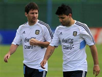 Argentina's Lionel Messi (L) talks with teammate Sergio Aguero during a training session ahead of their World Cup qualifying match against Uruguay in Buenos Aires October 9, 2012. REUTERS/Marcos Brindicci