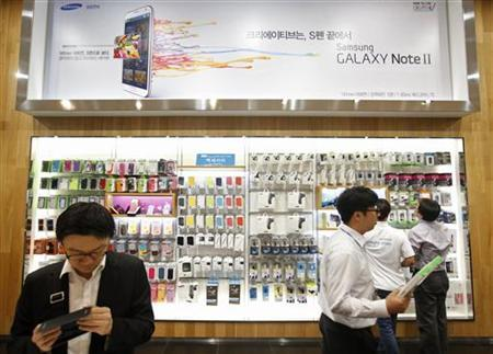 People shop at a Samsung Electronics shop in Seoul October 5, 2012. REUTERS/Kim Hong-Ji