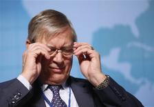 <p>L'union bancaire de la zone euro doit être créée au 1er janvier 2013, a rappelé mercredi Christian Noyer, membre du Conseil des gouverneurs de la BCE, lors d'un séminaire du Fonds monétaire international (FMI) à Tokyo. Mais selon lui, les modalités de sa mise en place pourraient prendre un an. /Photo prise le 10 octobre 2012/REUTERS/Toru Hanai</p>