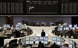 <p>Les Bourses européennes, fragilisées dès l'ouverture par la crainte de déceptions pendant la saison des résultats, étaient orientées en franche baisse mercredi à mi-séance à la suite d'une adjudication d'obligations souveraines italiennes, qui s'est soldée par un rendement moyen en hausse. À Paris, e CAC 40 perd 0,27% vers 11h00 GMT, Francfort cède 0,20% et Londres perd 0,4%. L'Eurostoxx 50 recule de 0,42%. /Photo prise le 10 octobre 2012/REUTERS/Remote/Marte Kiessling</p>