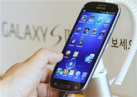A man tries Samsung Electronics' new Galaxy S III smartphone that is on display at a store in Seoul June 26, 2012. REUTERS/Lee Jae-Won