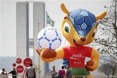 <p>Placée sur l'Esplanade des ministères à Brasilia, la mascotte de la Coupe du monde 2014 a été prise d'assaut par des jeunes gens armés de couteaux. /Photo prise le 24 septembre 2012/REUTERS/Ueslei Marcelino</p>