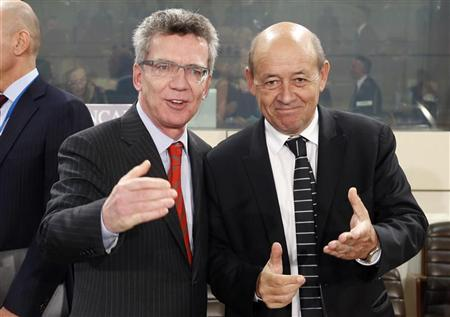 German Defence Minister Thomas de Maiziere and his French counterpart Jean-Yves Le Drian (R) attend a NATO defence ministers meeting at the Alliance headquarters in Brussels October 9, 2012. REUTERS/Francois Lenoir