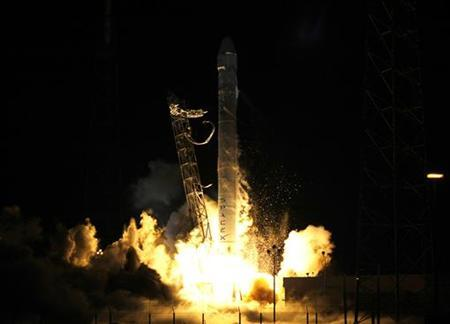 The SpaceX Falcon 9 rocket lifts off from Space Launch Complex 40 at the Cape Canaveral Air Force Station in Cape Canaveral, Florida October 7, 2012. REUTERS / Michael Brown
