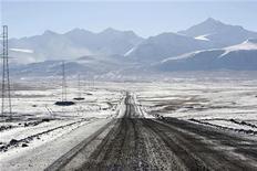 Вид на автодорогу к киргизскому золотому прииску Кумтор в горах Тянь-Шаня 1 октября 2012 года. Экономика Киргизии, пострадавшая от перебоев с работой крупнейшего предприятия ключевой золотодобывающей отрасли, замедлится до 1,0 процента в этом году, но ускорится на 6,5 в среднесрочном периоде благодаря восстановлению в добыче золота, сообщил МВФ. REUTERS/Vladimir Pirogov