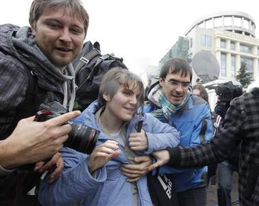 Yekaterina Samutsevich (C), a member of the female punk band ''Pussy Riot'', walks after she was freed from the courtroom in Moscow October 10, 2012. REUTERS/Maxim Shemetov