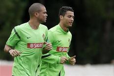 Pepe (E) e Cristiano Ronaldo, ambos da seleção de Portugal correm em treinamento no campo de Praia del Rei, em Obidos. 10/10/2012 REUTERS/Jose Manuel Ribeiro