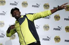 Velocista jamaicano Usain Bolt posa para fotos após coletiva de imprensa, em Tóquio. Bolt ainda está brincando com a ideia de acrescentar os 400 metros ou o salto em distância ao seu programa nos Jogos de 2016 no Rio de Janeiro. 10/10/2012 REUTERS/Toru Hanai