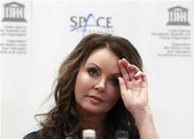 """Cantora britânica Sarah Brightman é vista durante coletiva de imprensa em Moscou. Brightman anunciou nesta quarta-feira que comprou um assento para voar em uma nave espacial russa, descrevendo a viagem como uma chance de realizar um desejo de infância """"além de seus sonhos mais malucos"""". 10/10/2012 REUTERS/Sergei Karpukhin"""