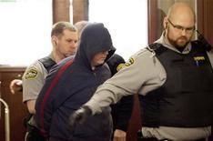 Джеффри Пол Дилайл выходит из здания суда в Галифаксе, 30 марта 2012 года. Офицер канадской военно-морской разведки признался в среду в передаче России секретной информации на протяжении четырех лет, сообщили канадские СМИ. REUTERS/Sandor Fizli