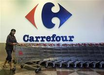 <p>Carrefour a vu ses ventes se stabiliser au troisième trimestre, en données comparables et hors essence et vu les tendances s'améliorer dans ses hypermarchés en France, gros point noir du groupe. /Photo d'archives/REUTERS/Edgar Su</p>