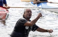 <p>L'homme politique italien Beppe Grillo, qui dirige le populiste Mouvement Cinq Etoiles, a lancé mercredi la campagne pour les élections régionales du 28 octobre en Sicile en traversant à la nage les trois kilomètres du détroit de Messine, qui sépare la Calabre de la Sicile. /Photo prise le 10 octobre 2012/REUTERS/Antonio Parrinello</p>