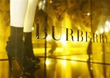 <p>Après avoir averti sur ses résultats le mois dernier, le groupe de luxe britannique Burberry a confirmé jeudi le ralentissement de ses ventes. /Photo d'archives/REUTERS/Luke MacGregor</p>