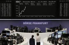 Трейдеры на Франкфуртской фондовой бирже, 11 октября 2012 года. Европейские акции растут благодаря хорошей отчетности производителя предметов роскоши Burberry и французской розничной сети Carrefour. REUTERS/Remote/Peter Jebautzke