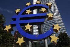 """Увеличенный символ евро около здания ЕЦБ во Франкфурте-на-Майне, 6 сентября 2012 года. Экономический рост в еврозоне может остаться слабым, а """"высокая неопределенность"""" негативно влияет на доверие, говорится в ежемесячном бюллетене Европейского центробанка, опубликованном в четверг. REUTERS/Alex Domanski"""