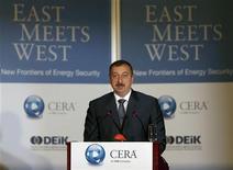 Президент Азербайджана Ильгам Алиев выступает на энергетической конференции в Стамбуле 26 июня 2007. Алиев обрушился на консорциум западных компаний во главе с международным нефтяным гигантом ВР с критикой за сокращение добычи нефти на ключевых месторождениях и отвел им месяц на исправление. REUTERS/Osman Orsal