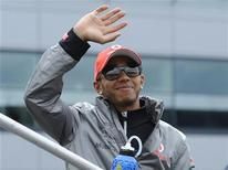 McLaren Formula One driver Lewis Hamilton of Britain waves ahead of the British F1 Grand Prix at Silverstone, central England, July 8, 2012. REUTERS/Nigel Roddis