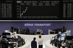 <p>Rassurées par quelques résultats de sociétés, les Bourses européennes évoluent en territoire positif à mi-séance jeudi, après trois séances de baisse. A 10h40 GMT, l'indice Cac 40 avance de 0,70% à Paris. Le Dax gagne de même 0,79% et le FTSE-100 londonien prend 0,58%. L'indice paneuropéen EuroStoxx 50 regagne 0,62%. /Photo prise le 11 octobre 2012/REUTERS/Remote/Peter Jebautzke</p>