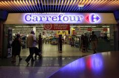 Customers walk to enter in a Carrefour supermarket in Nice August 29, 2012. REUTERS/Eric Gaillard
