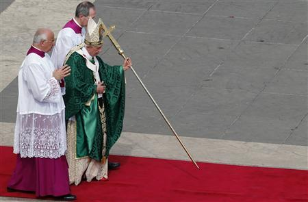 Pope Benedict XVI (C) walks to the altar as he leads a mass to open the year of faith at the Vatican October 11, 2012. REUTERS/Stefano Rellandini