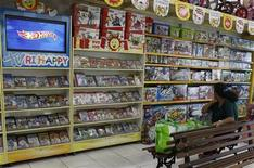 Cliente olha brinquedos em loja da Ri Happy, em São Paulo. As vendas no varejo brasileiro tiveram alta de 0,2 por cento em agosto ante julho e registraram elevação de 10,1 por cento em relação a igual mês de 2011, informou o Instituto Brasileiro de Geografia e Estatística (IBGE). 02/03/2012 REUTERS/Nacho Doce