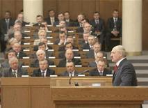 Президент Белоруссии Александр Лукашенко выступает в парламенте в Минске 21 апреля 2011 года. Лукашенко в четверг призвал послушных парламентариев смелее дискутировать ради налаживания обратной связи с избирателями, которых Запад считает лишенными свободы выбора. REUTERS/BelTA/Handout/Nikolai Petrov