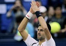 Novak Djokovic, da Sérvia, bate palmas após vencer partida de tênis contra o espanhol Feliciano Lopez, no Masters de Xangai. 11/10/2012 REUTERS/Aly Song