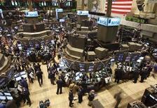<p>Les valeurs américaines débutent en hausse jeudi, interrompant une phase de baisse de l'indice S&P 500 qui aura duré quatre séances, après des inscriptions au chômage aux Etats-Unis en net recul la semaine dernière et avec l'envolée de Sprint Nextel. Dans les premiers échanges, l'indice Dow Jones gagne 0,32%, le Standard & Poor's avance de 0,64% et le Nasdaq prend 0,8%. /Photo d'archives/REUTERS/Brendan McDermid</p>