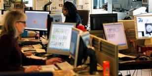 <p>Selon la Coface, les défaillances d'entreprises en France devraient rester stables autour de 60.000 pour la troisième année consécutive en 2012, mais ce chiffre masque une forte hausse chez les entreprises de taille intermédiaire et les grandes entreprises. /Photo d'archives/REUTERS/Charles Platiau</p>