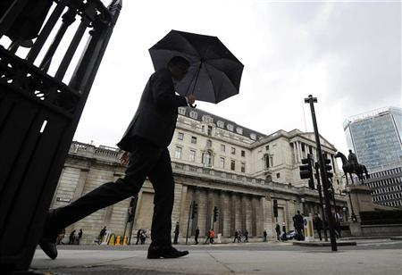 A man walks past the Bank of England, London June 15, 2012. REUTERS/Paul Hackett
