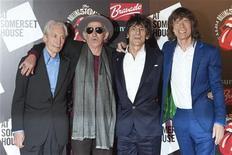"""Музыканты Rolling Stones (слева направо) Чарли Уоттс, Кит Ричардс, Ронни Вуд и Мик Джаггер на открытии выставки """"Rolling Stones: 50"""" в Лондоне 12 июля 2012 года. Rolling Stones выпустили новый сингл """"Doom and Gloom"""", ставший первой песней легендарных рокеров почти за шесть лет и вызвавший противоречивые отзывы критиков. REUTERS/Ki Price"""