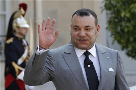 Morocco's King Mohammed VI waves after talks with France's President Francois Hollande at the Elysee Palace in Paris May 24, 2012. REUTERS/John Schults