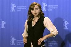 """A atriz Zoe Kazan posa durante o 59o Festival Berlinale de filmes, em Berlim, em 2009. Os diretores do sucesso """"Pequena Miss Sunshine"""" (2006), que faturou mais de 100 milhões de dólares nas bilheterias, combinam, na medida certa, o espanto, a graça e a ternura do romance improvável entre um escritor precoce e genial, mas que vive um bloqueio criativo, Calvin Weir-Fields (Paul Dano), e uma adorável pintora, Ruby Sparks (Zoe Kazan), que nasceu diretamente de sua imaginação. 09/02/2009 REUTERS/Tobias Schwarz"""