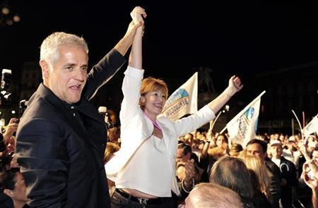 Letizia Moratti (R), mayor of Milan, waves to supporters with Lombardy Region governor Roberto Formigoni during a political meeting in downtown Milan May 26, 2011. REUTERS/Paolo Bona