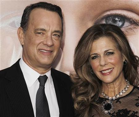 Cast member Tom Hanks (L) and his wife Rita Wilson arrive for the premiere of the film ''Extremely Loud and Incredibly Close'' in New York, December 15, 2011. REUTERS/Carlo Allegri