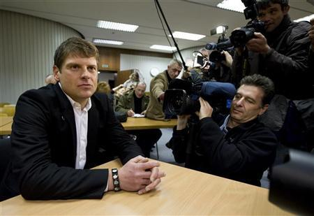 Former Tour de France winner Jan Ullrich of Germany is surrounded by the media before a hearing in a courtroom in the western German city of Duesseldorf November 12, 2008. REUTERS/Wolfgang Rattay