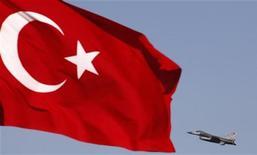 Истребитель F16 турецких ВВС взлетает с авиабазы в Конье во время военных учений, 28 апреля 2010 года. Турция направила два истребителя в направлении сирийской границы вслед за тем, как сирийский вертолет сбросил бомбы на приграничный сирийский город Азмарин, сообщил корреспондент Рейтер на месте событий. REUTERS/Umit Bektas