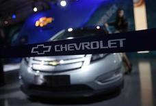 Автомобиль Chevrolet Volt на автосалоне в Дели, 6 января 2012 года. Выпуск более 10 новых и обновленных моделей Chevrolet, намеченный на 2013 год, ознаменует один из наиболее агрессивных периодов в производственной и маркетинговой стратегии бренда. REUTERS/Adnan Abidi