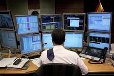 <p>JP Morgan Asset Management estime que les politiques monétaires ultra-accommodantes des banques centrales contraignent de plus en plus d'investisseurs à réduire leur cash pour trouver du rendement sur les marchés de la dette privée d'abord et, sous certaines conditions, de la dette souveraine de pays comme l'Espagne ou l'Italie ensuite. /Photo prise le 20 septembre 2012/REUTERS/Susana Vera</p>