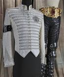 """Roupas colocadas em Michael Jackson em seu velório, após sua morte em 2009, são exibidas em imagem de divulgação não datada. Em um novo livro, """"O Rei do Estilo: Vestindo Michael Jackson"""", em tradução livre, Michael Bush, o homem que desenhou e costurou os figurinos que Jackson usou no palco por 25 anos até a more do pop star em 2009, apresenta uma visão dos bastidores do astro icônico e do desenvolvimento do estilo que se tornou sua marca registrada. REUTERS/Pop Regalia LLC/Divulgação"""