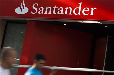 People walk past a Santander bank branch in Madrid July 26, 2012. REUTERS/Susana Vera
