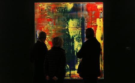Visitors look at Gerhard Richter's ''Abstraktes Bild (809-4) from 1994 which has an estimated value of £9 to £12 million (US$14.1-$18.8 million) at Sotheby's London October 8, 2012. REUTERS/Suzanne Plunkett