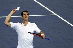 Andy Murray, da Grã-Bretanha, joga munhequeira para a plateia após vencer semifinal contra o suíço Roger Federer no torneio de tênis Masters de Xangai. 13/10/2012 REUTERS/Aly Song