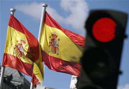 Spanish national flags flutter near a red traffic light at Cibeles Fountain in central Madrid September 24, 2012. REUTERS/Sergio Perez