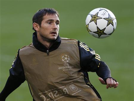 Chelsea's Frank Lampard controls the ball during a team training session at Stamford Bridge in London September 18, 2012. REUTERS/Eddie Keogh