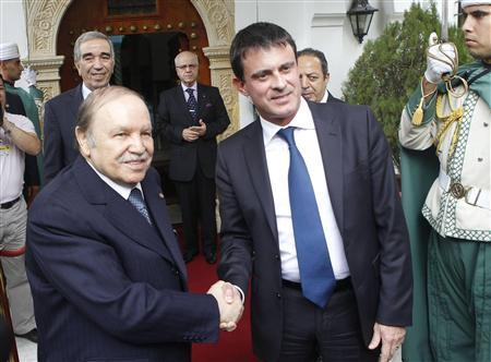 Algerian President Abdelaziz Bouteflika (L) shakes hands with French Interior Minister Manuel Valls upon his arrival at the Presidential Palace in Algiers October 14, 2012. REUTERS/Louafi Larbi (ALGERIA - Tags: POLITICS)