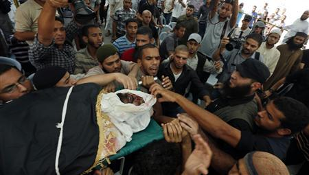 Palestinians carry the body of Salafi jihadist Hisham Al-Saedni during his funeral in Bureij refugee camp in the central Gaza Strip October 14, 2012. REUTERS/Mohammed Salem